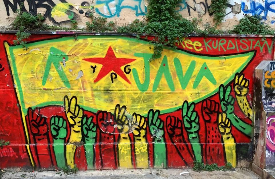 "Dans la grande cour : ""KURDISTAN LIBRE, YPG ROJAVA"""